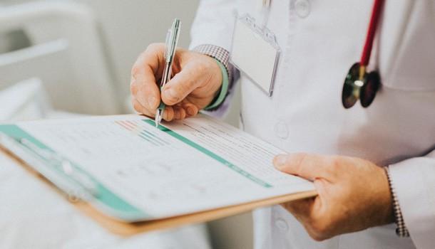 Arzt mit Klemmbrett