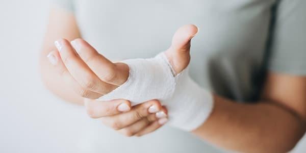 Frau mit verletzter Hand